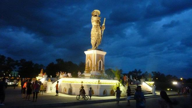 15-mekong-riverfront-statue-laos